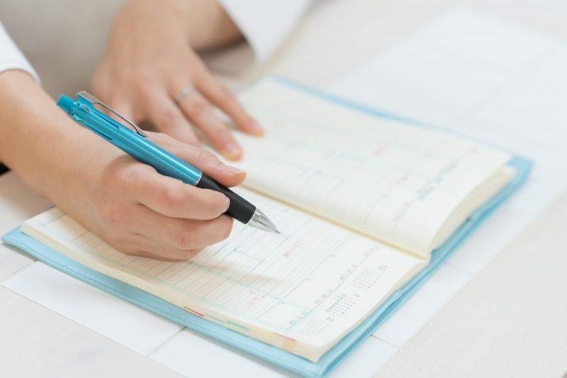 手帳を書く手