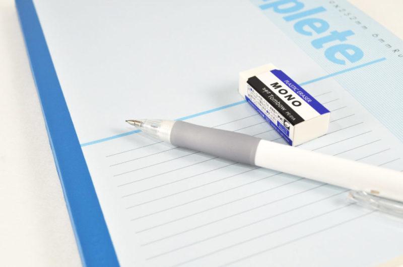 ノートの上のシャーペンと消しゴム